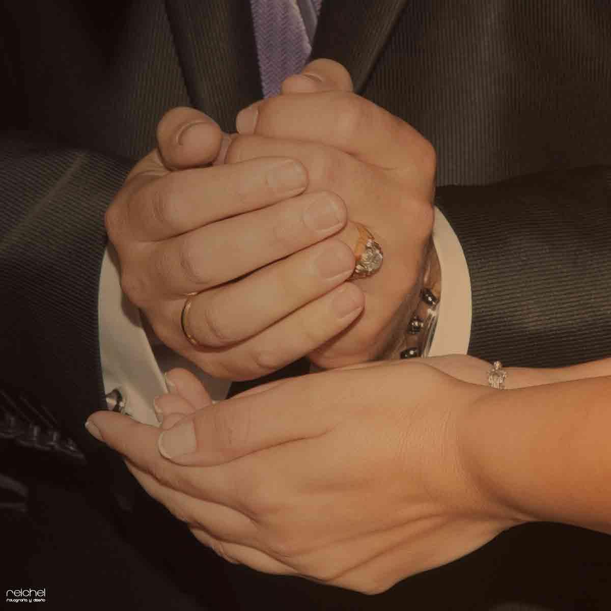 primerísimo detalle de las manos-de los novios casandose