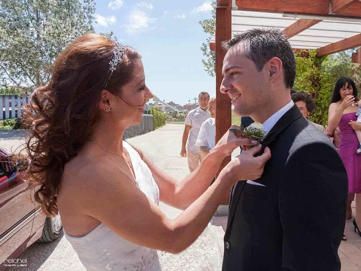 boda civil zaragoza momento en el que la novia le pone el ramillete al novio