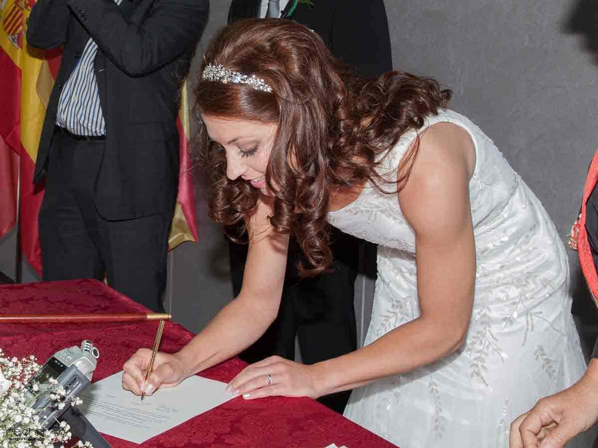 boda civil zaragoza momento de firmas de la novia