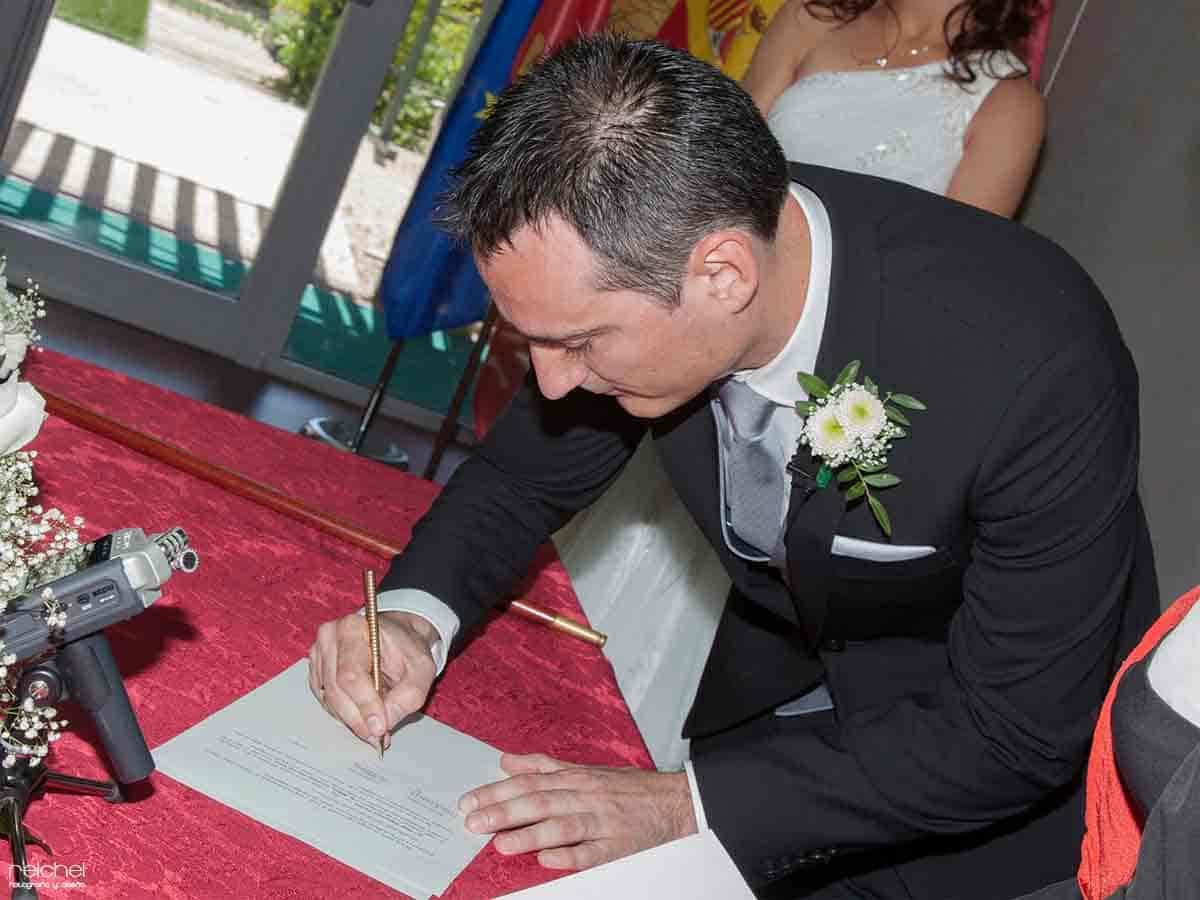 boda civil zaragoza momento de firma del novio
