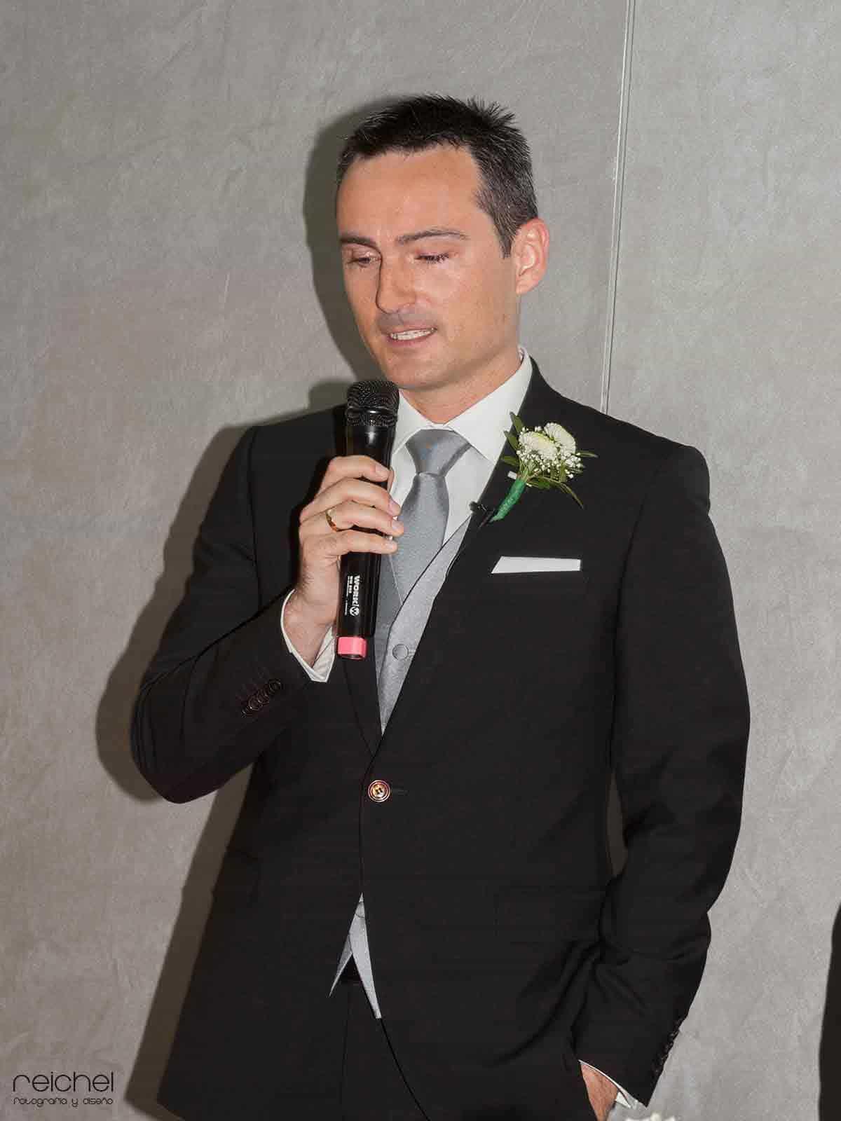boda civil zaragoza momento en el que el novio dirije una palabras  los nvitados y a la novia