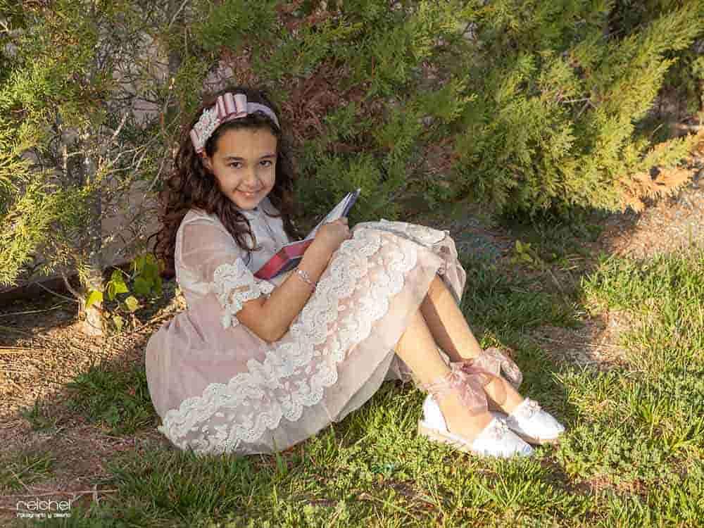 niña de comunion con libro