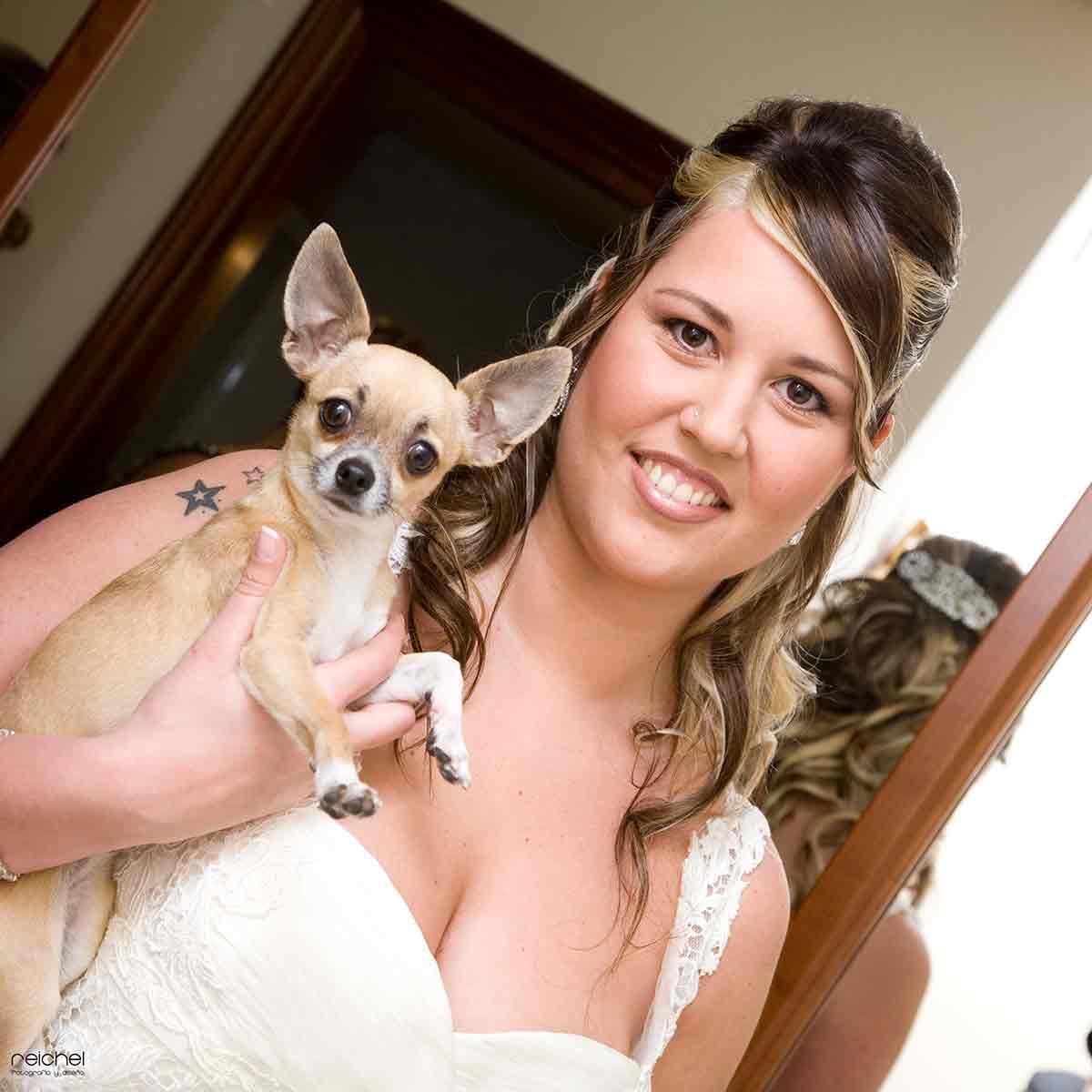 novia con mascota en casa