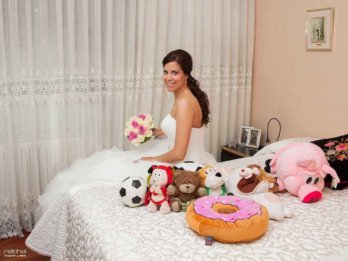 novia en su casa con todos sus juguetes