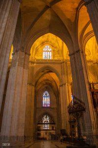 pasillos de interior de la catedral de sevilla