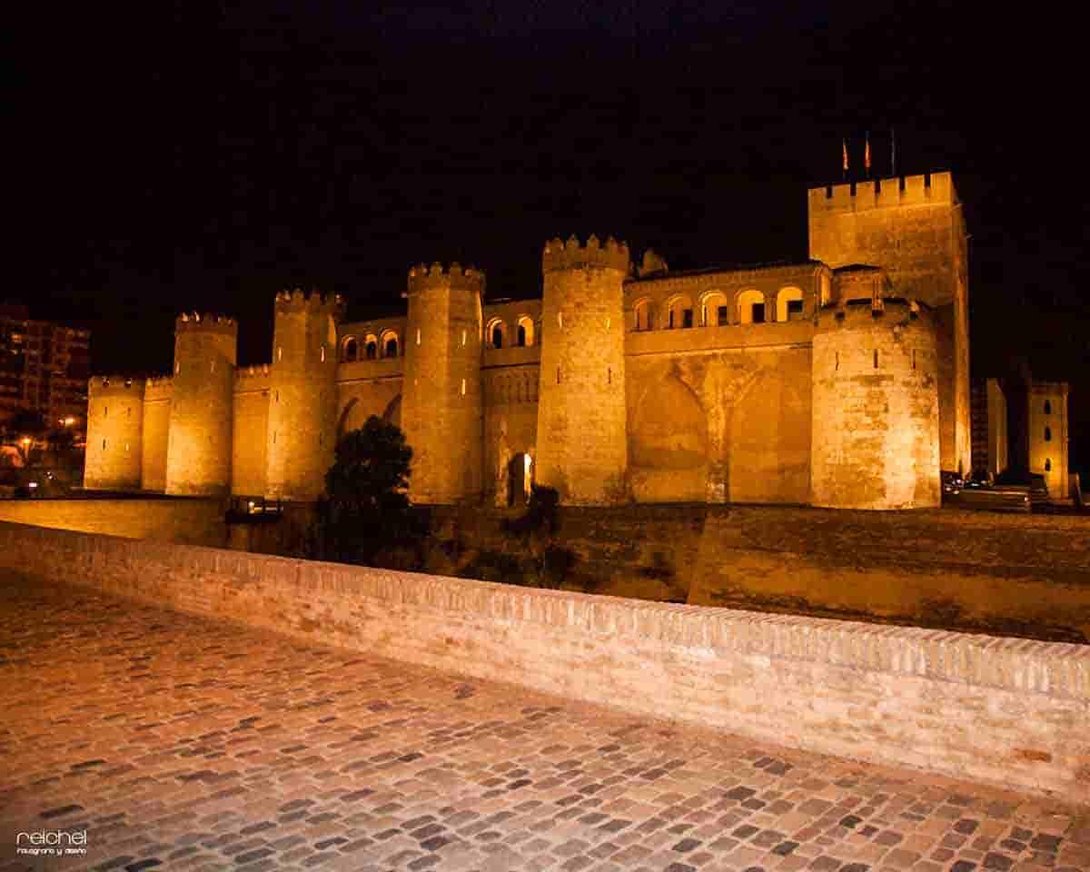castillo de la aljaferia de noche