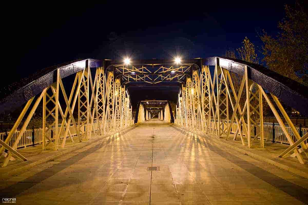 puente de hierro de zaragoza de noche