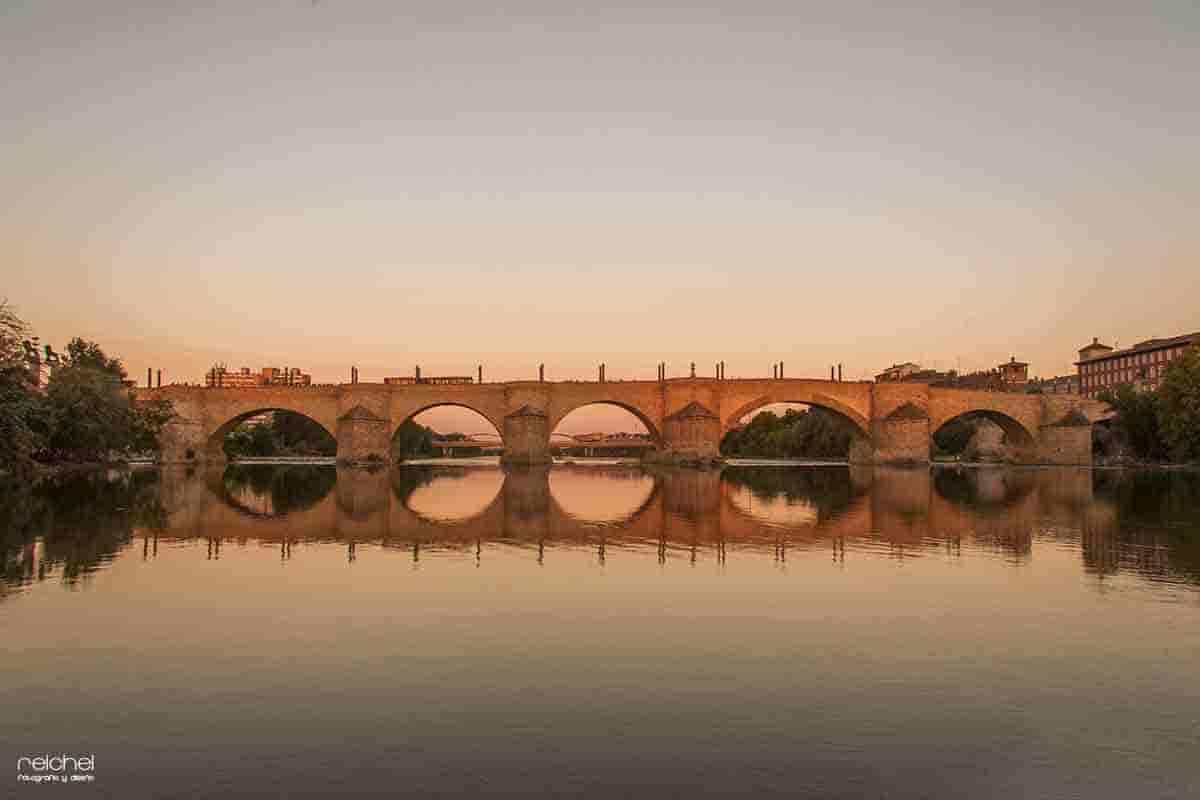 puente de piedra al atardecer