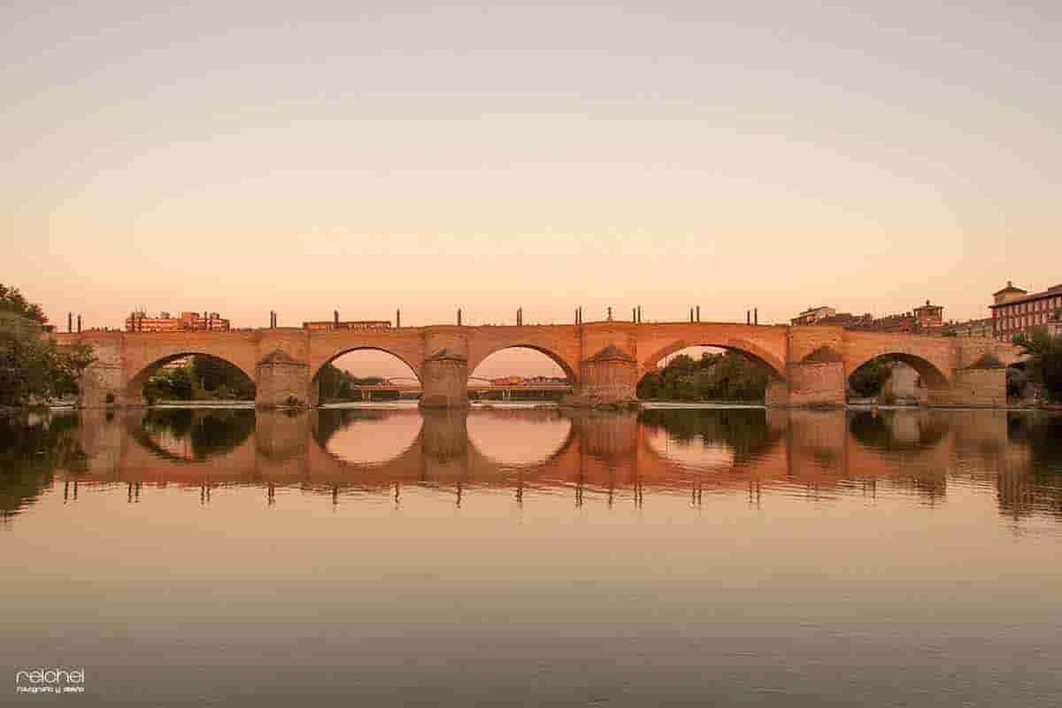 puente de piedra de zaragoza-al-atardecer