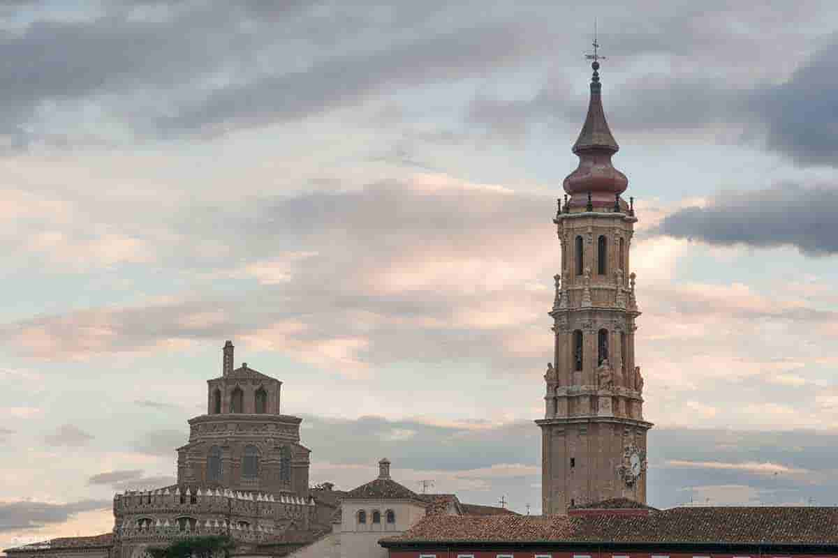 torre de la catedral de la seo desde la ribera del ebro