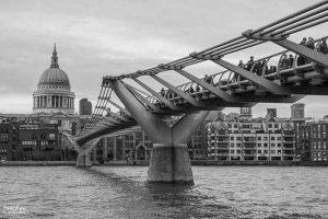 millennium bridge en blanco y negro
